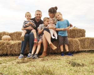 family-photo-at-the-pumpkin-patch